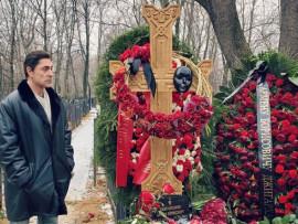 Сын Джигарханяна пришел на могилу отца